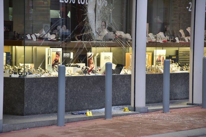 De schade in de juwelierszaak is aanzienlijk, na de mislukte overval.