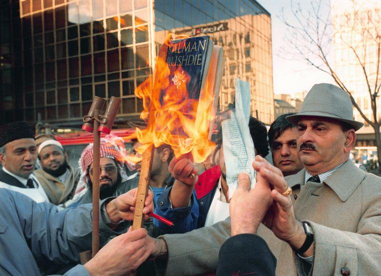 Een boekverbranding van Salman Rushdies 'De duivelsverzen' in Bradford, 1989. Beeld Getty