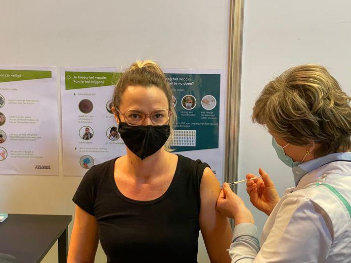 Tandarts Stefanie De Brabandt kreeg als eerste een vaccin in Bredene