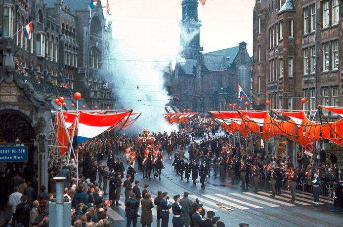 Na de kerkelijke huwelijks- voltrekking van Beatrix en Claus ontplofte onderweg een rookbom