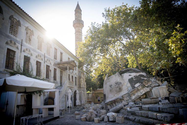 2017-07-22 16:00:00 KOS - Brokstukken liggen op de straat  die is ontstaan door de aardbeving op het Griekse eiland Kos. ANP JERRY LAMPEN Beeld ANP