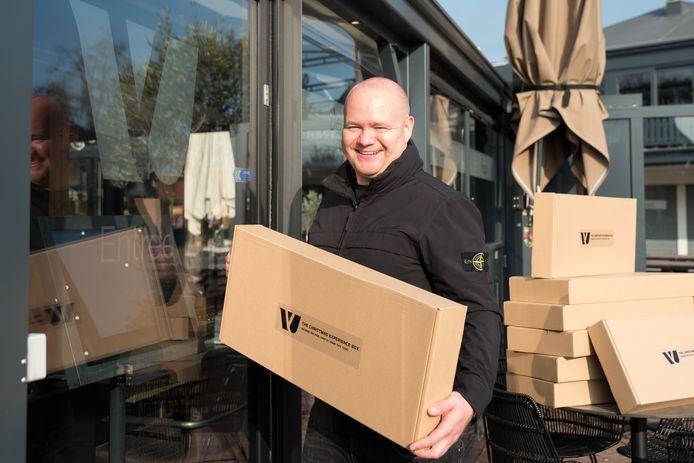 Jimmy Verboom met zijn kerstbox.