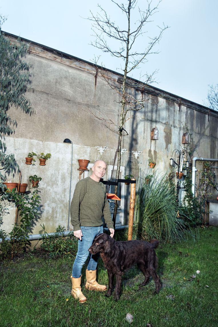 De krentenboom van Polle Janssens. 'We hebben er al een vogelhuisje bij gemaakt.' Beeld Jakob van Vliet