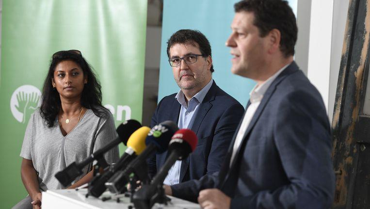 Lijsttrekker Wouter Van Besien (midden), samen met nummer twee Jinnih Beels (links) en Tom Meeuws (rechts), die op de derde plaats staat. Beeld belga
