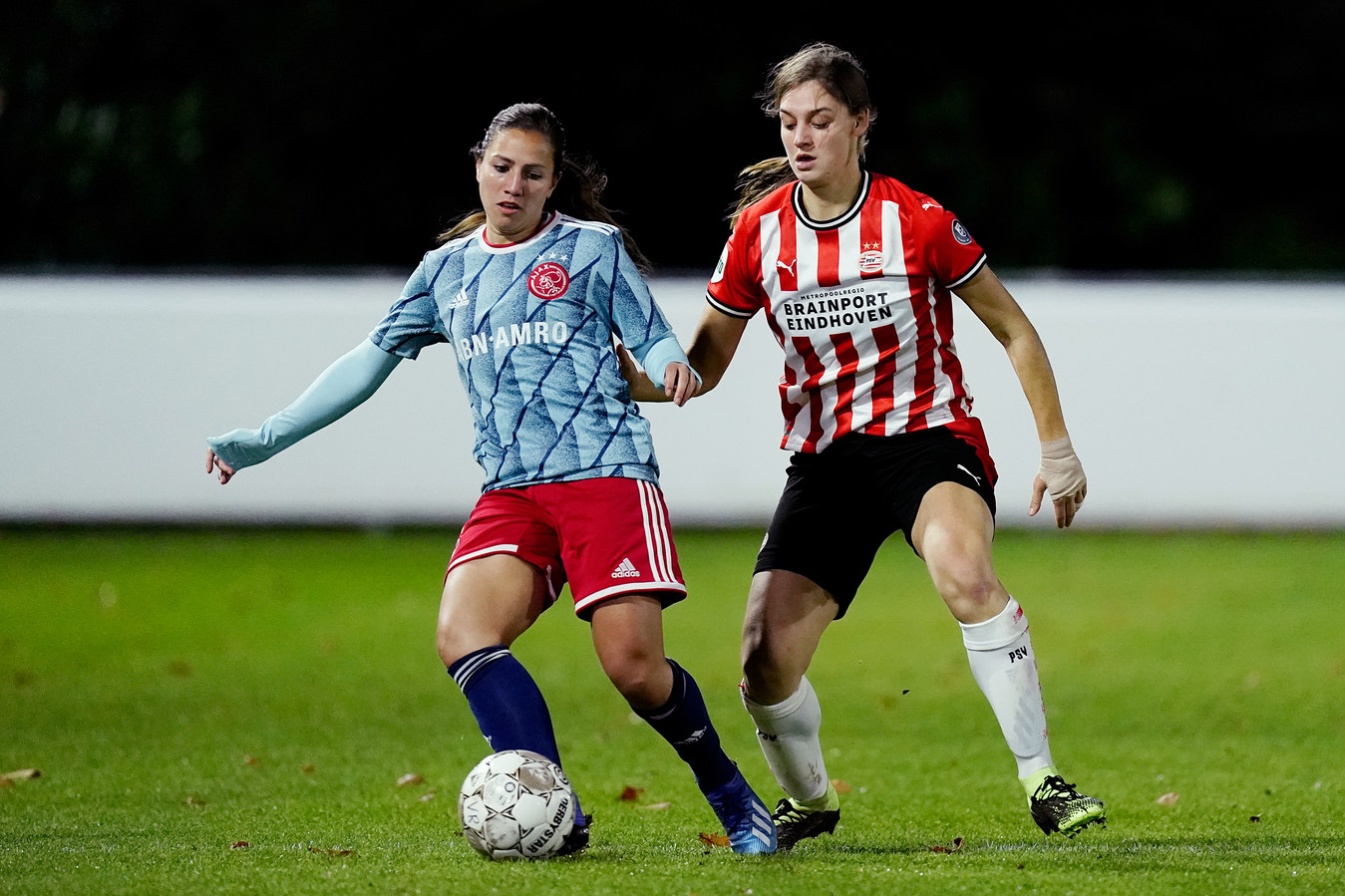 Aniek Nouwen (rechts) in duel met Vanity Lewerissa tijdens PSV-Ajax in de tweede ronde van de eredivisie cup.
