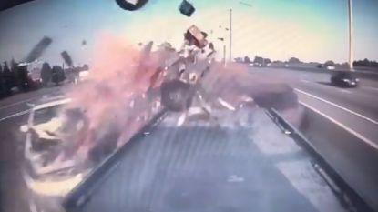 Dashcamvideo toont zware knal op Canadese snelweg, miraculeus genoeg vallen er geen doden