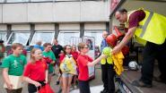 Kinderen 't Kofschip schenken sportmateriaal weg