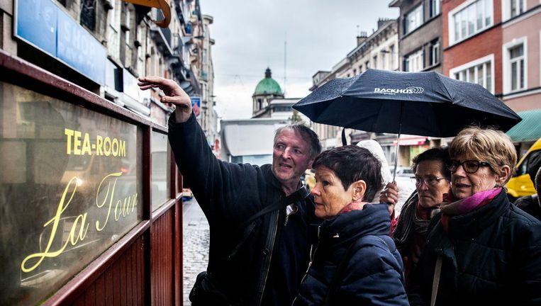 Gids Erik Nobels leidt toeristen rond in Molenbeek. `Leven en laten leven: dat is hier de slogan.' Beeld Aurélie Geurts
