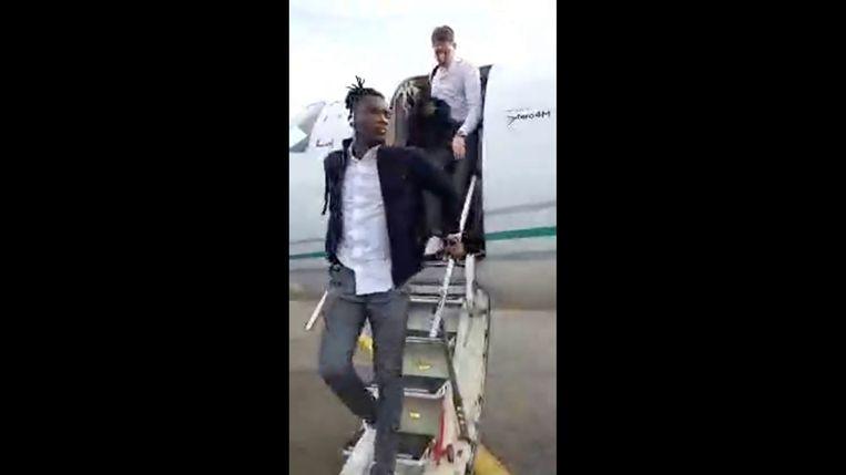 Simon Deli en zijn ploegmaats stappen van het vliegtuig in Parijs.