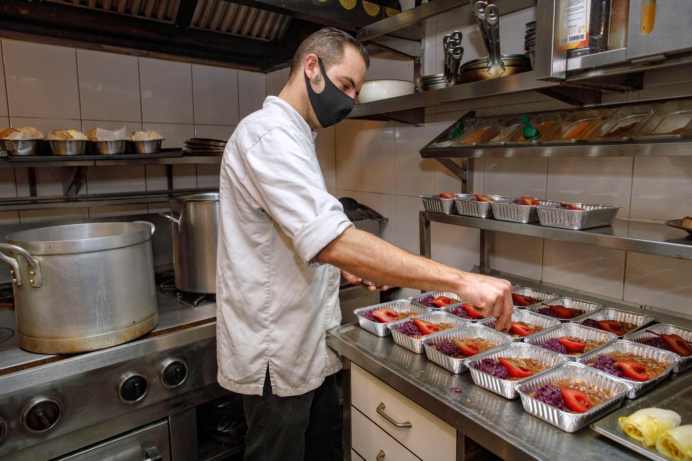 De 'finishing touch' bij de hazenpeper met stoofpeertjes en rode kool.