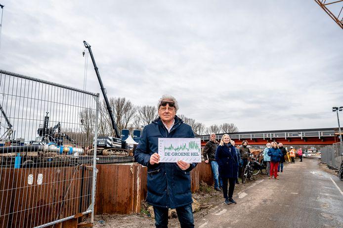 Bert Smidt, voorman van bewonersorganisatie De Groene Hel,  voerde al overleg met de wethouder en Rijkswaterstaat over de overlast van A16 Rotterdam. 'We gaan stug door.'