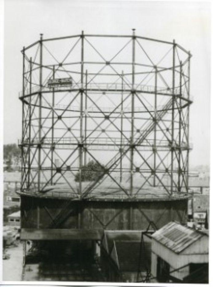 Een gashouder (met reclame) van de gasfabriek aan de Gaslaan (ca. 1950).