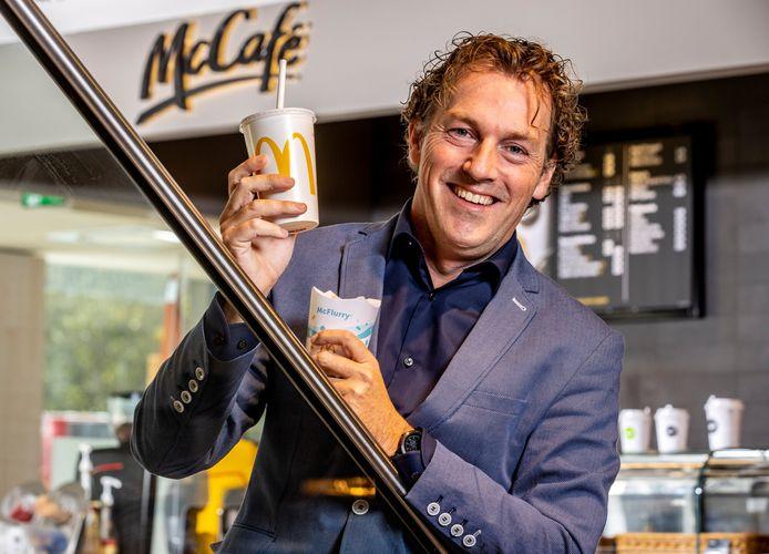Erwin Dito, algemeen directeur van McDonald's Nederland met de nieuwe plasticloze menu-items.