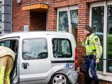 Invalidenauto knalt tegen gebouw in Bilthoven