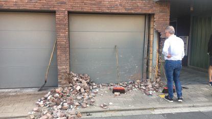 Auto knalt tegen hoek en garagepoort appartementsgebouw in Wevelgem