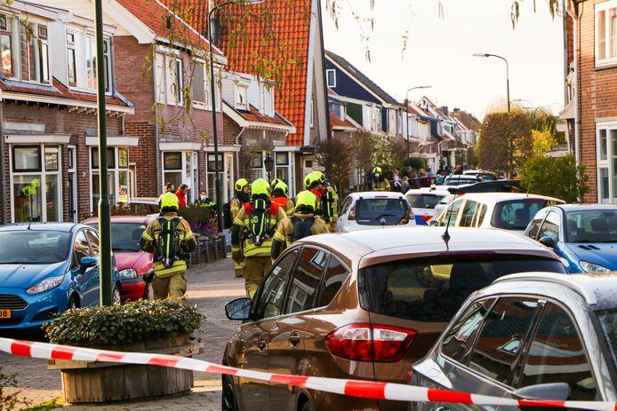Vier woningen in de Oranjestraat in Hardinxveld-Giessendam zijn ontruimd nadat er een gaslucht geroken werd.