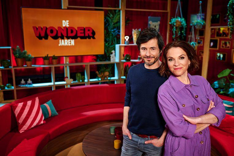 Dieter Coppens en Siska Schoeters presenteren het nieuwe Eén-programma 'De wonderjaren'. Beeld © VRT - Thomas Geuens