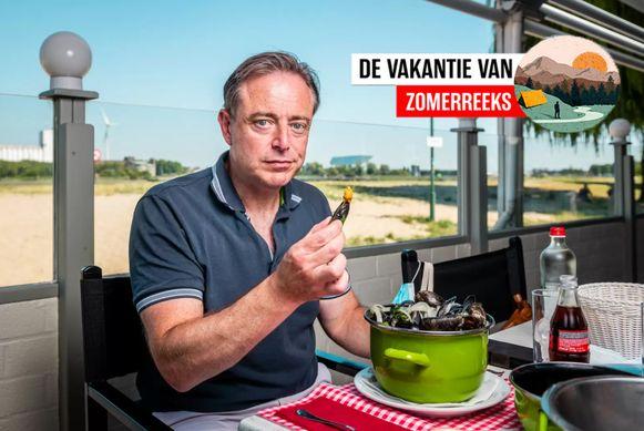 Bart De Wever op het strand van Sint-Anneke.