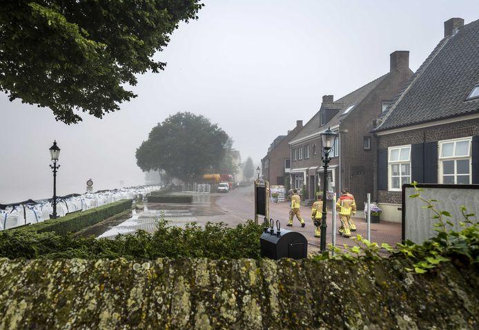 Zandzakken langs de Maas in Well.