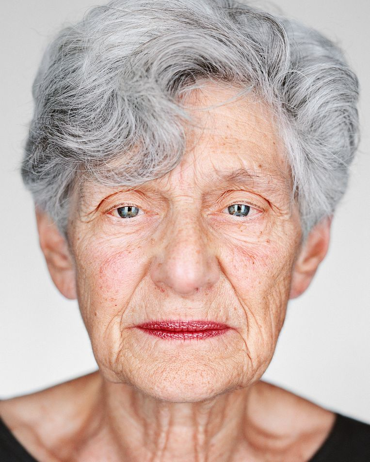 Chana Arnon (geboren 1939, Leeuwarden, Nederland). Tijdens de Holocaust in een Japans krijgsgevangenenkamp op Java. 'Mensen moeten vasthouden aan hoop en de waarden van de liberale democratie, en zorgen voor de zwaksten onder ons.' Beeld Martin Schoeller