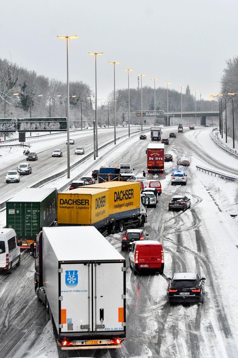 Fileleed in Brussel. Op de hoofdwegen vond een veertigtal ongevallen plaats. Beeld Photo News