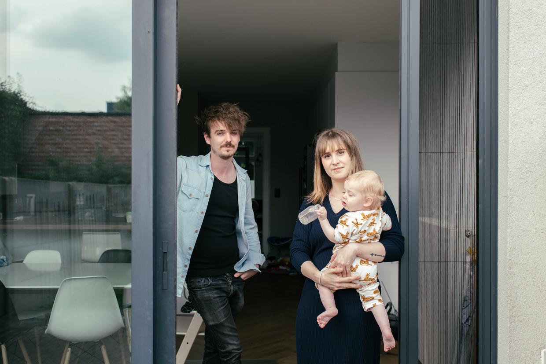 Dries Vermeulen en Sarah Souffriau met hun zoontje: 'Met deze maatregel hadden wij dit huis nooit kunnen kopen.' Beeld Tine Schoemaker