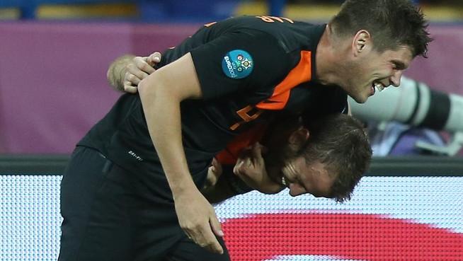 Klaas-Jan Huntelaar feliciteert Rafael van der Vaart met zijn treffer tegen Portugal.