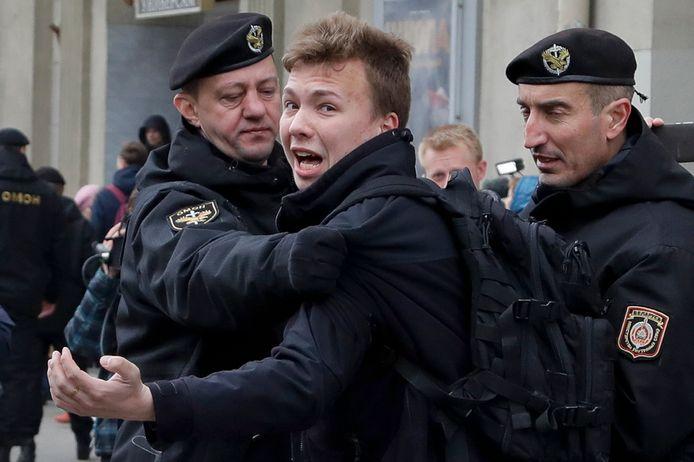 De Belarussische dissident en journalist Roman Protasevitsj tijdens een arrestatie in Minsk in 2017.