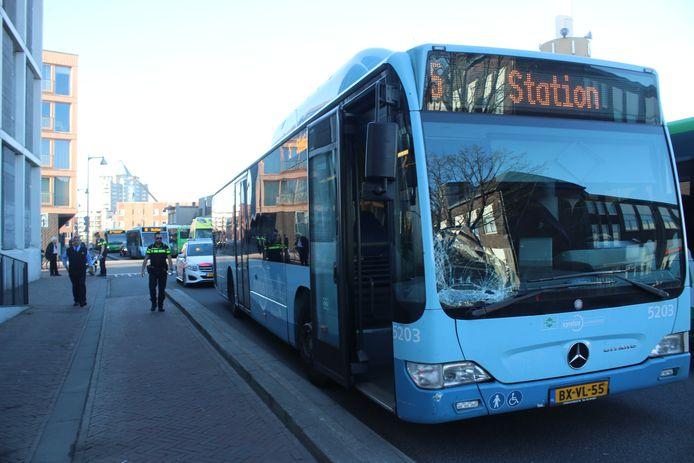 Door de aanrijding liep de bus schade op en raakte een scooterrijder gewond.