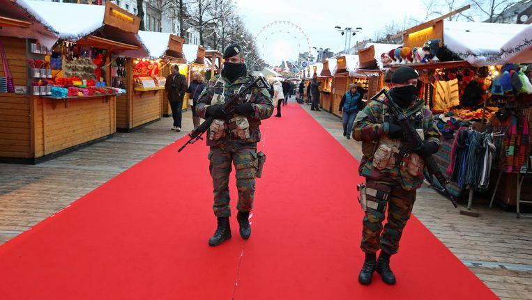 Soldaten op de Brusselse kerstmarkt. Beeld BELGA
