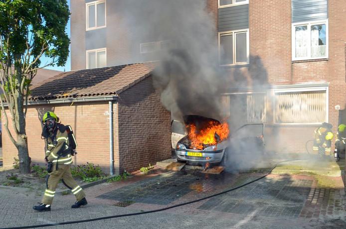 De auto stond pal voor de woning aan de Stellingmolen geparkeerd, toen het misging tijdens het sleutelen.