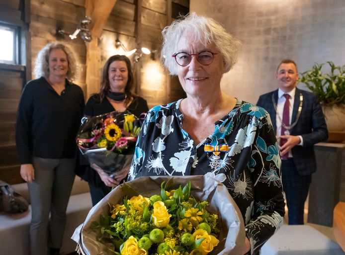Alie de Boer uit Heinkenszand is benoemd tot lid in de orde van Oranje Nassau. Op de achtergrond haar dochters Margriet (links) en Annemarie en burgemeester Gerben Dijksterhuis.