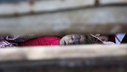 Gruwelijk: kinderlijkjes opeengestapeld in truck na dodelijke luchtaanval op school
