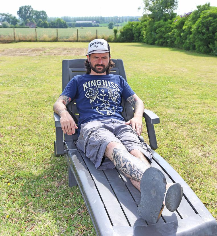 Jeroen Camerlynck temidden de velden in zijn tuin in Pepingen.