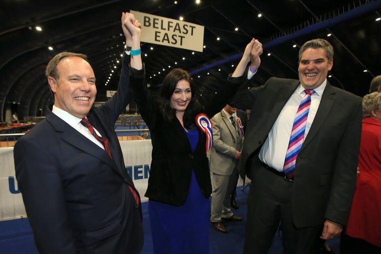 Nigel Dodds (links) met partijgenoten Emma Little Pengelly en Gavin Robinson. Beeld EPA