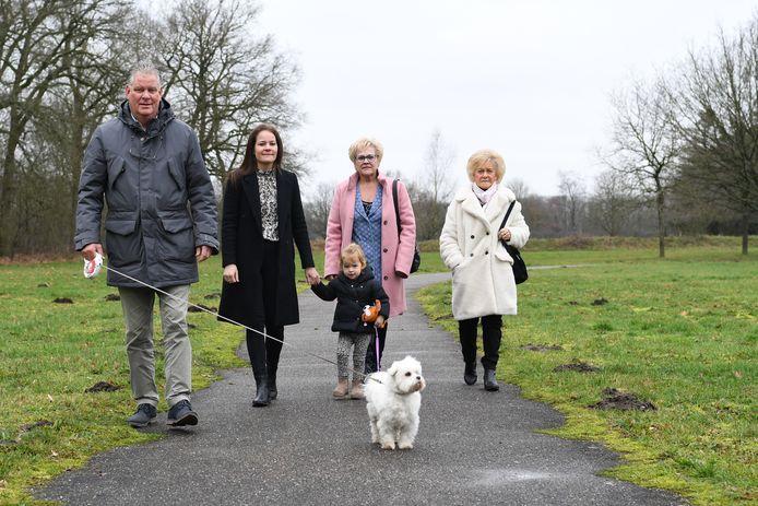 Toon, Nicole met Juliette, Marlies en Anneke (vlnr) wandelen op de Speelweide in Dorst. Zo'n 50 jaar lang kwam Rob daar wekelijks om te sporten met vrienden en collega's.