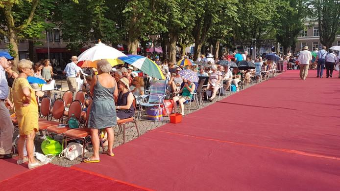 Bezoekers aan de Opera op de Parade in Den Bosch.De helft zat in de zon met 34 graden, de helft zat in de schaduw.