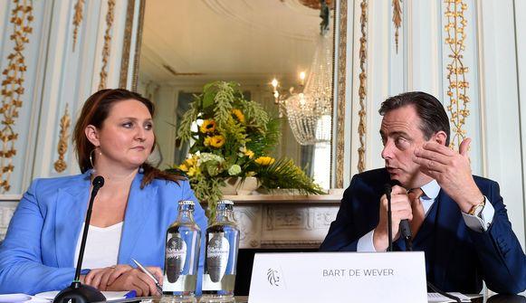 Gwendolyn Rutten en Bart De Wever bij de voorstelling van de Vlaamse regering.