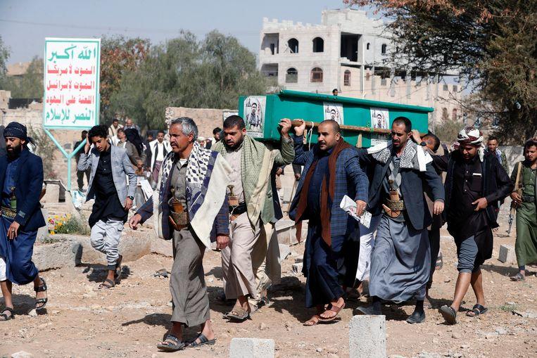 De doodskist van een rebel, omgekomen tijdens een gevecht tegen regeringstroepen, wordt weggedragen.  Beeld EPA