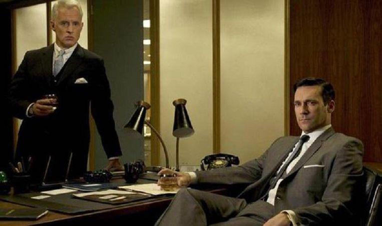 Robert Sterling (links) en Don Draper (rechts) wisselden in 'Mad Men' steevast van gedachten met een whiskey in de hand.