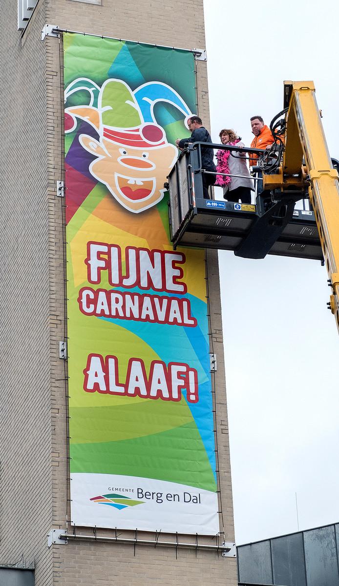 In Groesbeek is het carnavalsseizoen geopend door een banier op te hangen aan de toren van het gemeentehuis. Dit werd gedaan door Wethouder Fleuren, Willy Jansen en Willem Thijssen voorzitters van twee carnavalsverenigingen.