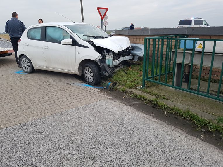 De personenwagen kwam tot stilstand tegen een muur van een brug.