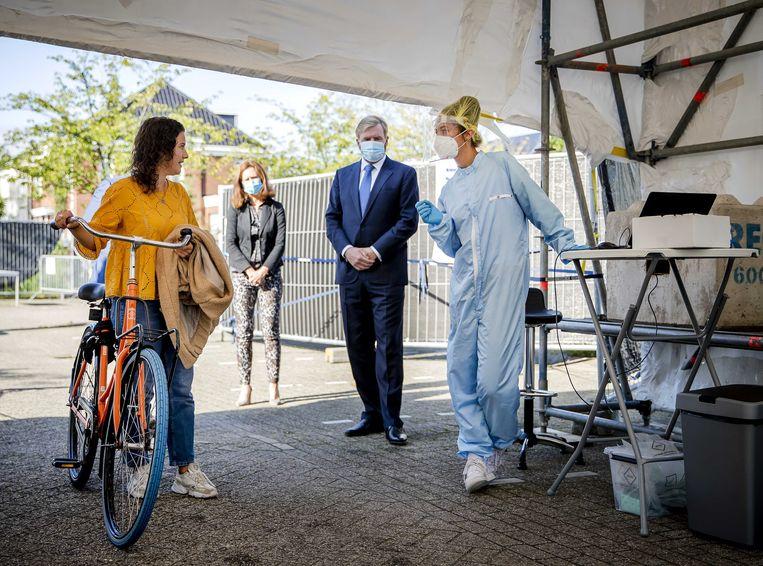 Afgelopen donderdag bezocht Koning Willem-Alexander een coronateststraat in Leiderdorp, op het parkeerterrein van het Alrijne Ziekenhuis. Beeld ANP