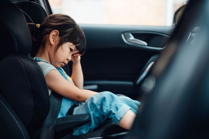 Een kind in de auto.