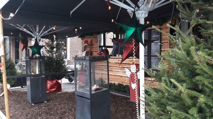 De skihut in kerstsfeer op het terras van De Druif op de Bossche Markt.