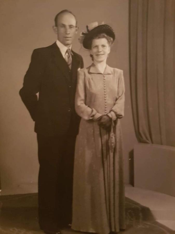Huwelijksfoto van de ouders van Koosje de Leeuw, Harrie en Joke.