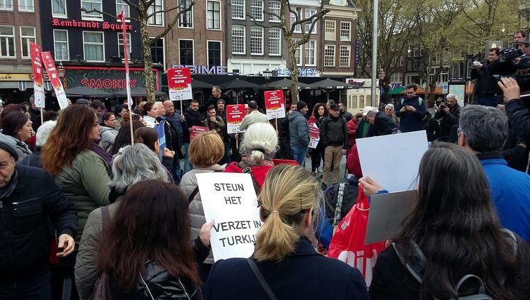 Op het Rembrandtplein voeren Turkse Nee-stemmers actie. Beeld Maxime Smit