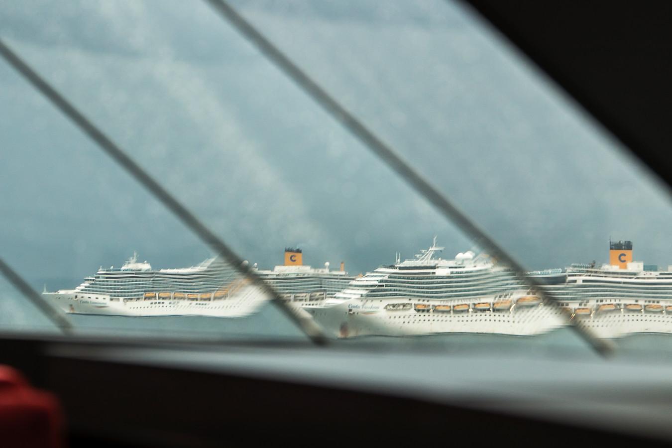 Bijna alle cruiseschepen, op eentje na, liggen stil en wachten op betere tijden. Zoals hier in de haven van Civitavecchia, gefotografeerd door het raam van de MSC Grandiosa.