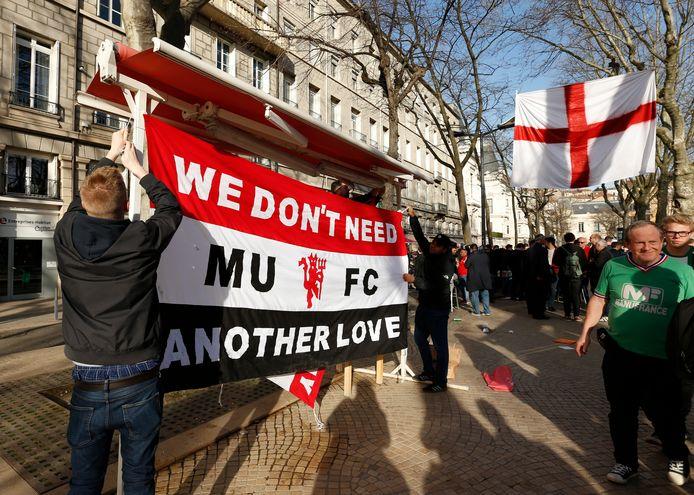 Fans van Manchester United hangen een vlag op in het centrum van Saint-Etienne.