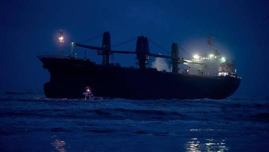 Het Filipijnse schip Aztec Maiden is vrijdagochtend voor de kust van Wijk aan Zee vastgelopen.